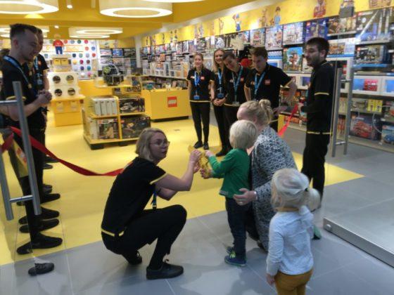 Twee kinderen openen de LEGO Store Utrecht